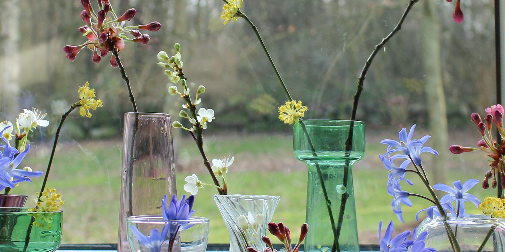 Forårsfine blomster i vindueskarmen